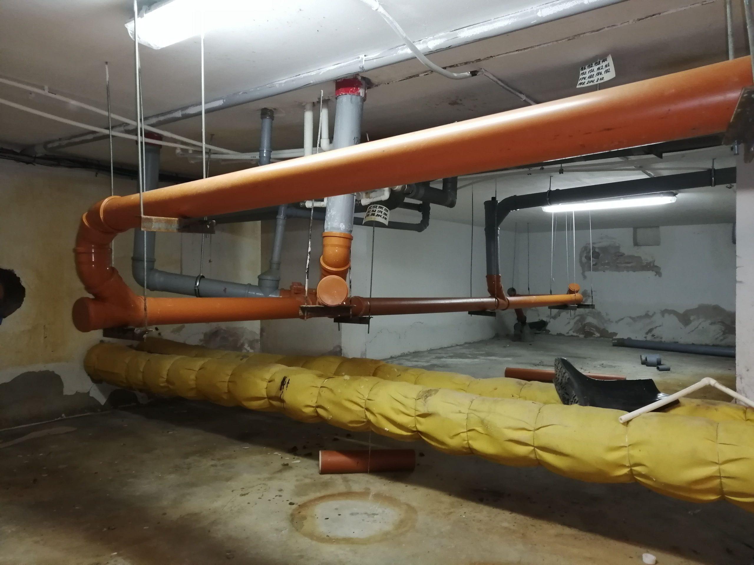 Канализационные трубы в подвале